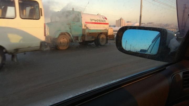 Девушка за рулём «Мерседеса» выехала на встречку на мосту у «Арены-Омск»