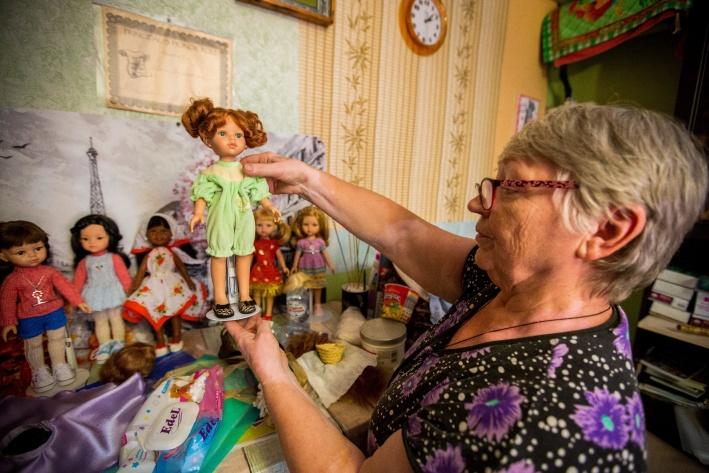 Людмила Савельева шьёт обувь для кукол и делает им парики