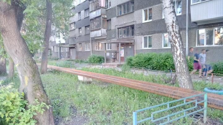 «Скорые и пожарные теперь не проедут»: на Сортировке рабочие огородили пятиэтажку трубопроводом