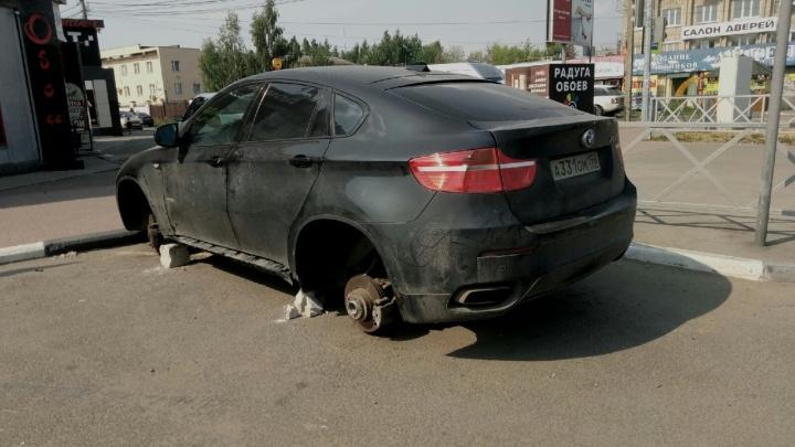 В Ярославле ищут хозяина роскошной иномарки, с которой сняли колёса