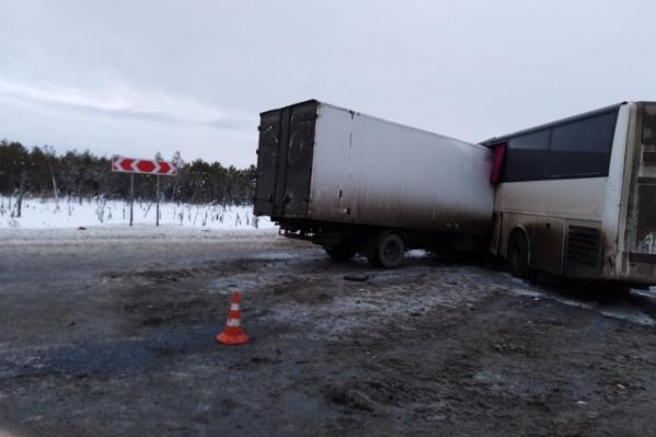 Фургон влетел в автобус, когда тот разворачивался на трассе. В результате в грузовике погибли люди