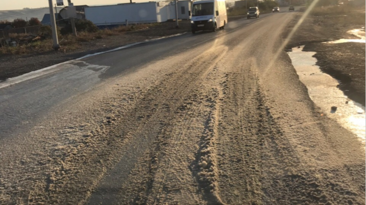 Дорога в Солнечном превратилась в ледяное месиво из-за прорвавшейся воды