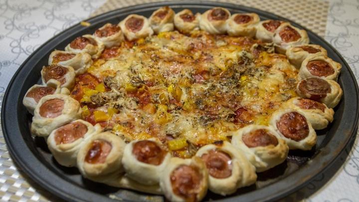 Карривурст и пицца с бортиками: публикуем видеоинструкции двух простых рецептов из сосисок