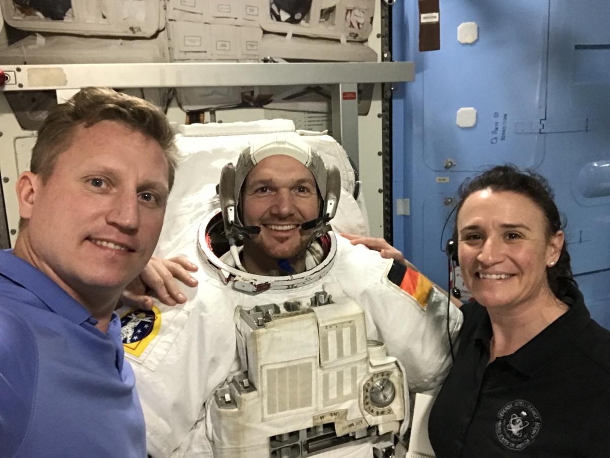 Слева направо: командир корабля Сергей Прокопьев, бортинженеры Александр Герст и Серена Ауньон