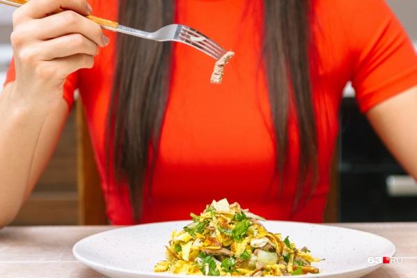 Мясной салат с яичными блинчиками и чесночком точно придется вам по вкусу