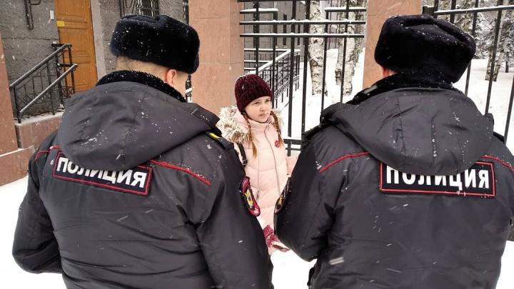 «Моя Россия сидит в тюрьме»: архангелогородка пикетировала за свободу политзаключенным у здания ФСБ