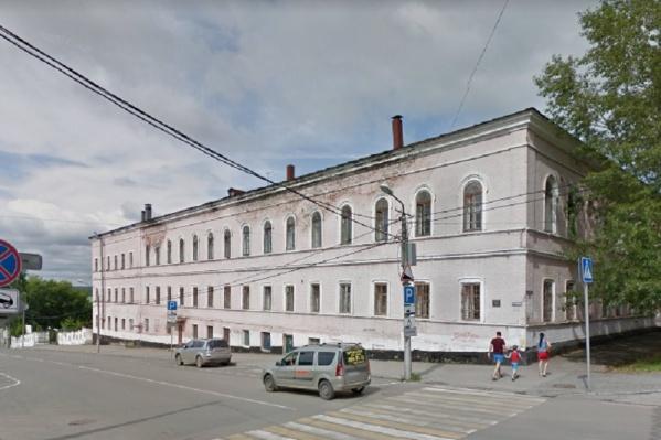Это здание — памятник архитектуры, и его должны содержать в надлежащем состоянии