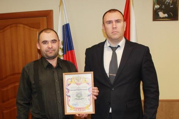 Петр Вагин выразил слова благодарности Владимиру Туркову за его неравнодушие. После этого главный полицейский вручил ему благодарственное письмо и памятные сувениры