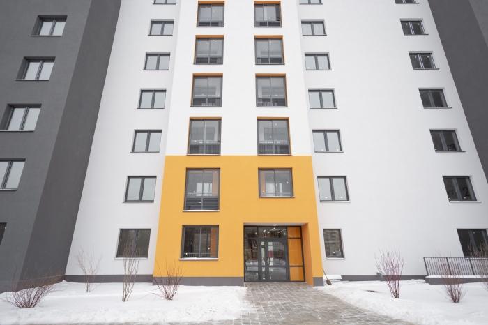 Подъезды-«мандаринки» ЖК выгодно выделяются на фоне соседних пятиэтажек