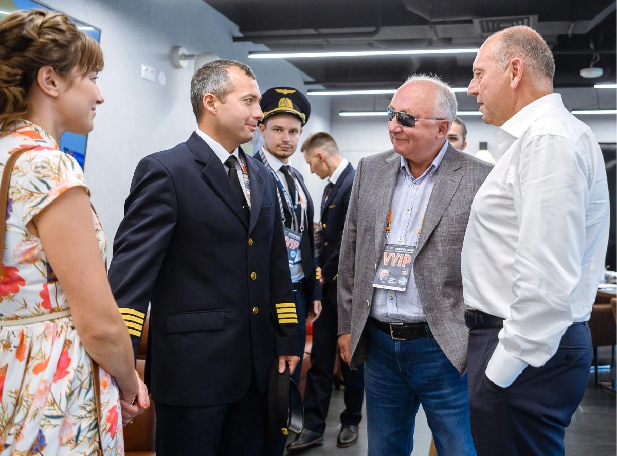 В августе «Уральские авиалинии» прогремели на весь мир,  когда пилоты авиакомпании совершили вынужденную посадку в кукурузном поле . Никто на борту не пострадал. На фото слева КВС Дамир Юсупов