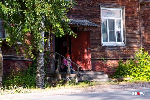 Жительница дома Марина Полозова выходит на крыльцо погреться — в её квартире стало слишком холодно