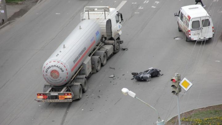 «Не успел затормозить»: авария с участием мотоциклиста и газовоза в Челябинске попала на видео