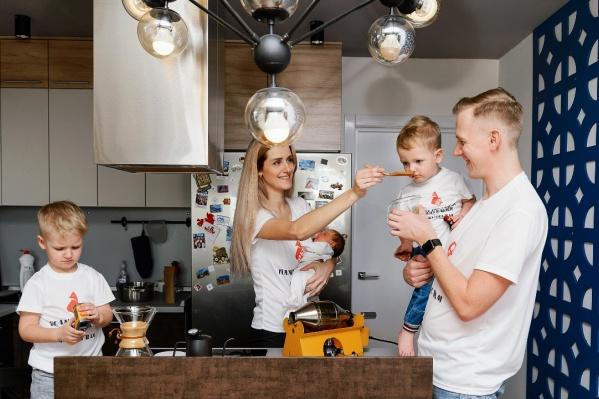 Семья Манеркиных в полном составе: Мария и Алексей и трое их детей — Демид, Фадей и Яснина