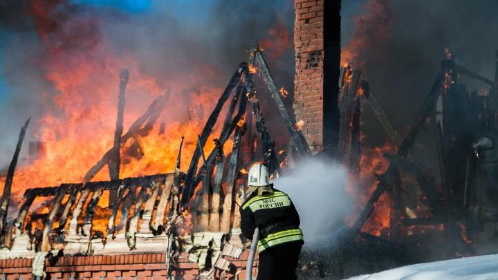 В омских Нефтяниках сгорел частный дом
