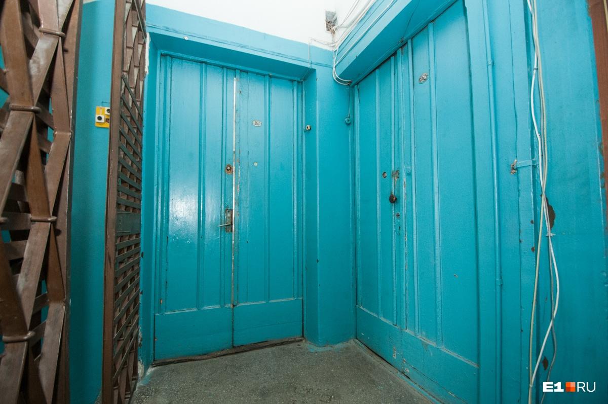 Двери выкрашены под цвет подъездных стен