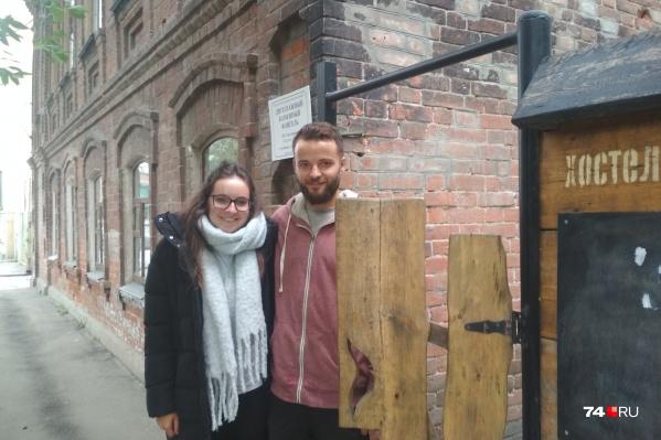 25-летняя Лора Вуд и 27-летний Гус Моррисон выбрали для ночлега хостел в центре Челябинска
