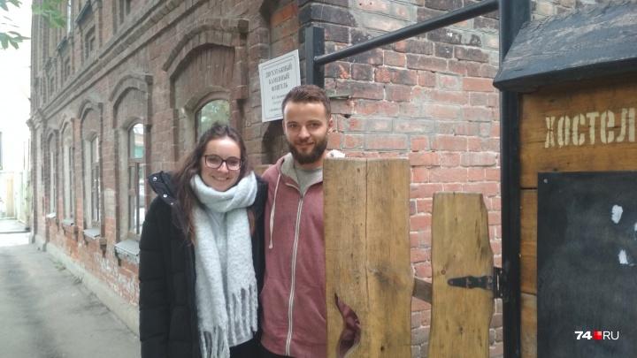 Крутой Гус: пара из Лондона проехала на «Микре» 15 стран и остановилась в челябинском хостеле