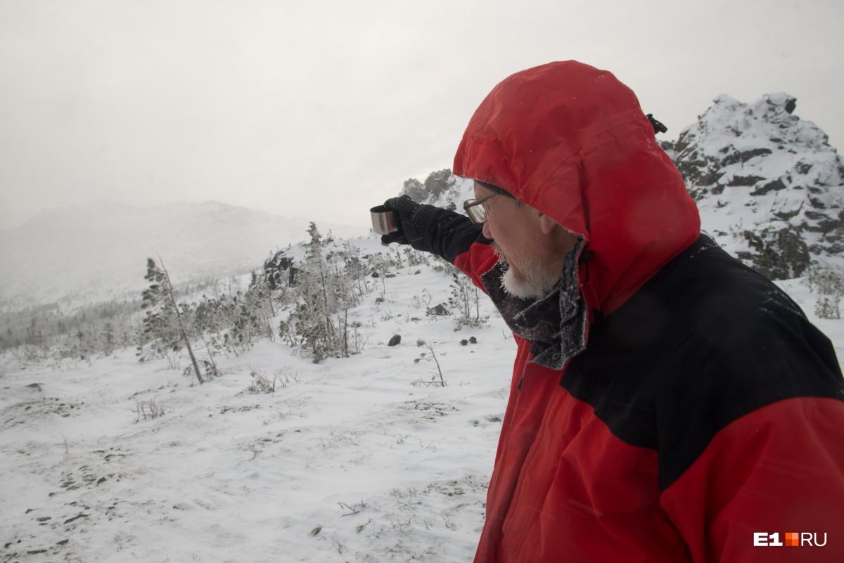 Сергей показывает в сторону хребта, с которого туристки свернули и потерялись