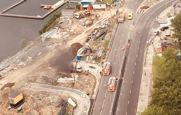 У Макаровского моста загорелся кран-манипулятор, который задел провода ЛЭП. Есть погибший