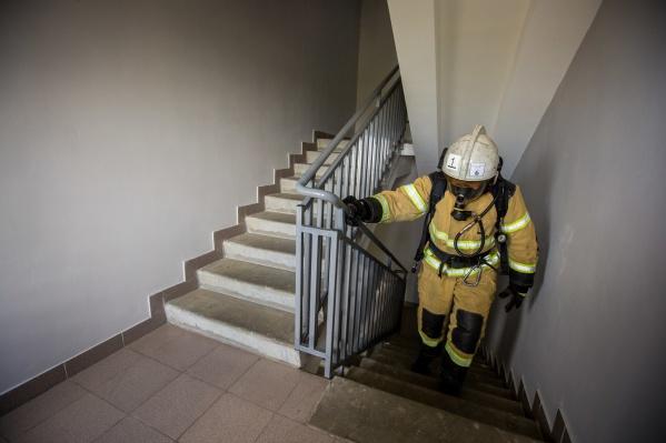 Спасатели предупреждают, что неосторожность при курении может привести к пожарам в подъездах и на балконах
