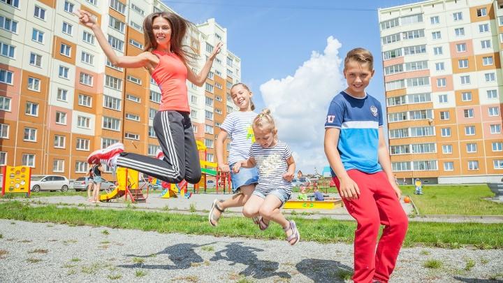 Молодая мама и её спортивная семья протестировала дворы новых ЖК Новосибирска