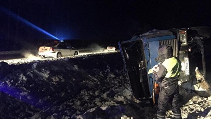 «В бочке 11 тонн топлива»: на трассе Екатеринбург — Курган опрокинулся бензовоз