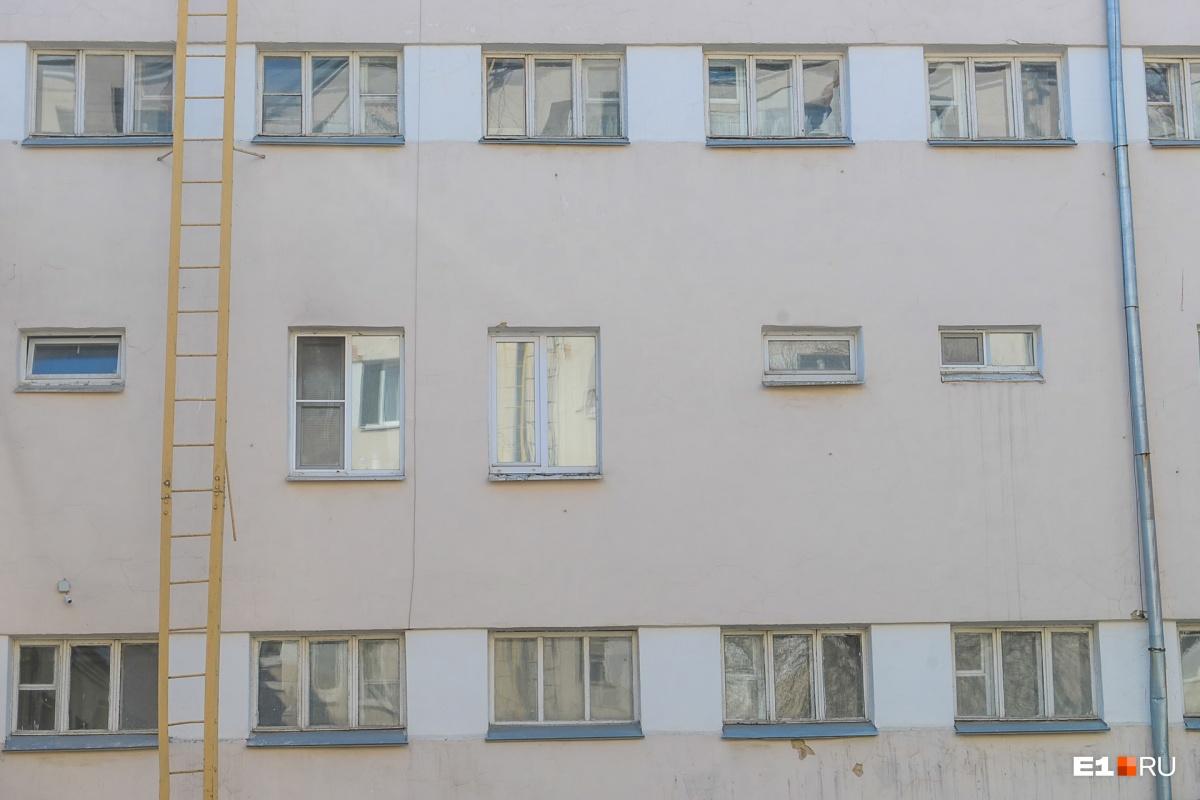 Посередине окна двухуровневых квартир, внизу и вверху коридорные