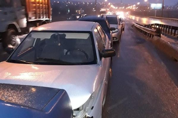 Автомобилисты сетуют и на утренний гололед