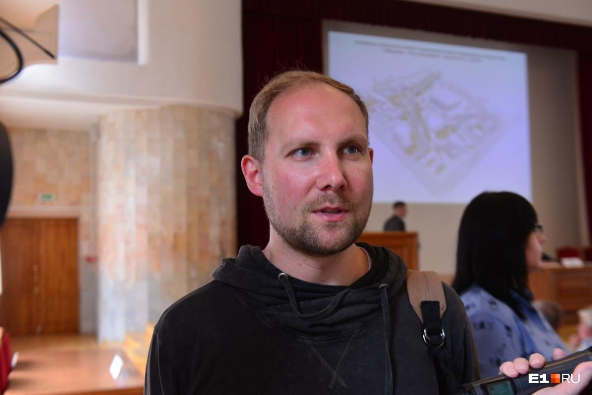 На слушания пришёл общественник Дмитрий Москвин