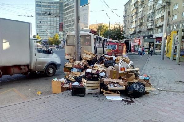 Такую кучу мусора читатель НГС увидел на тротуаре сегодня утром