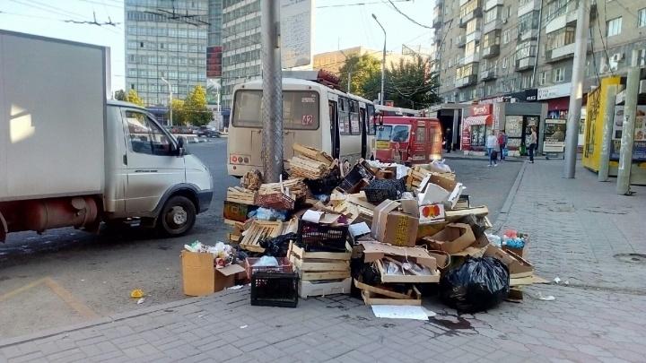 Торговцы вывалили гору мусора на площади Калинина