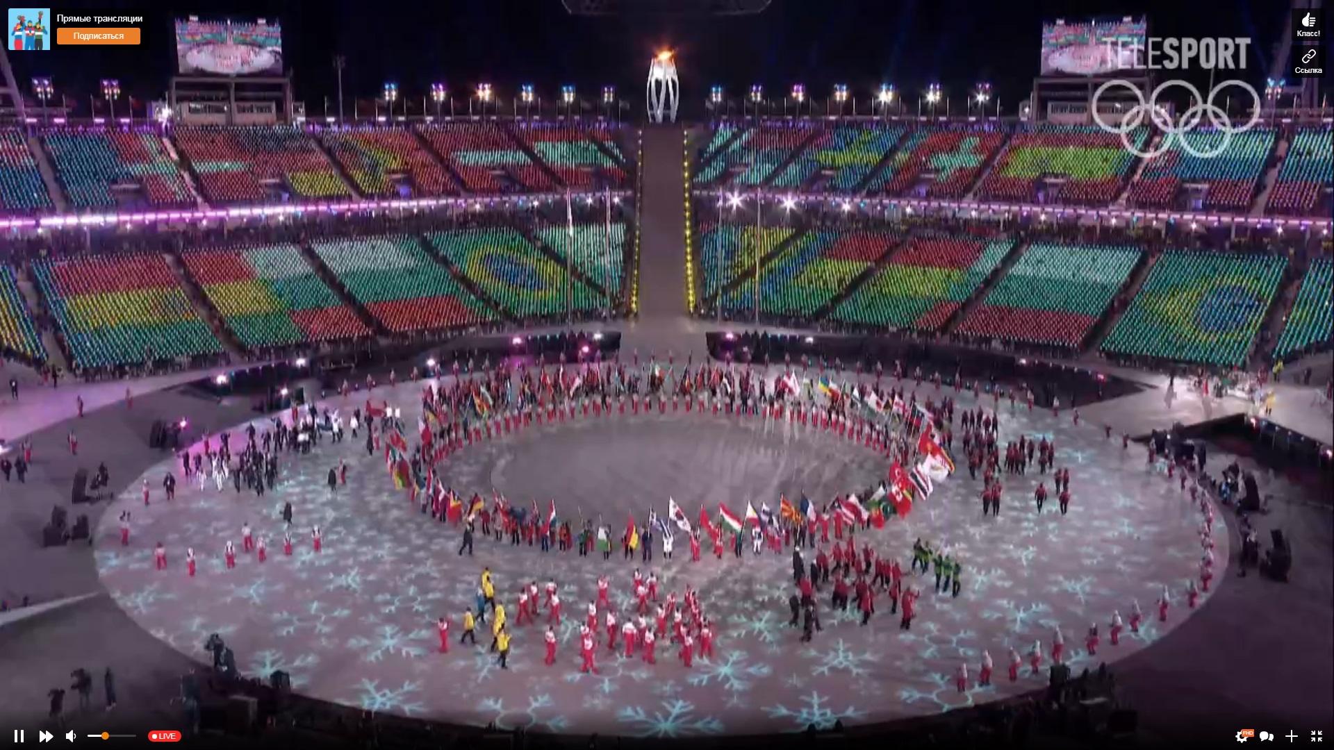 Все спортсмены собрались в центре круга