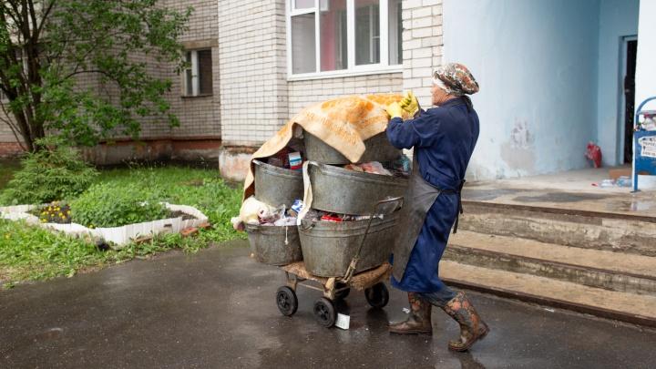 В Ярославле чиновники заставили уборщицу за один день вынести девять этажей мусора