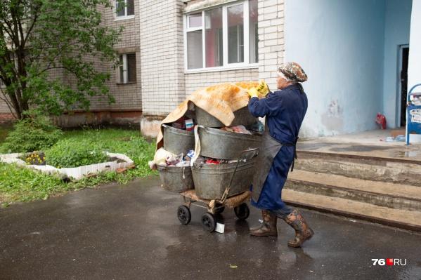Уборщица вручную должна будет вывезти десятки килограммов отходов. Эта гора — малая часть мусора из одного подъезда