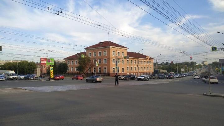 Водители встали в огромную пробку на Немировича-Данченко из-за отключения света