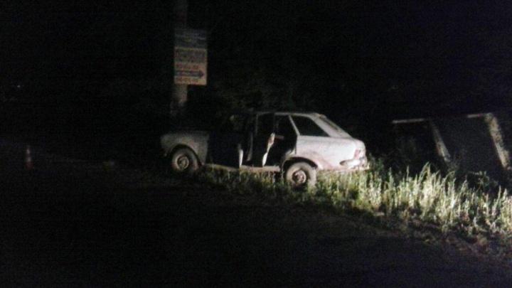 Ночью подросток сел за руль машины и влетел в столб