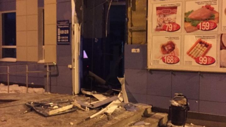 Под Екатеринбургом грабители разнесли в щепки двери магазина, чтобы похитить банкомат