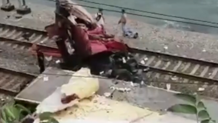 Фура на путях: из-за аварии на железной дороге в Сочи задержали поезд Уфа — Адлер