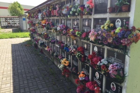 По статистике за традиционными могилами родственники ухаживают в среднем до 50 лет. Мемориальные плиты, замурованные в Стены Скорби, не зарастут травой, не упадут, они будут стоять века, сохраняя вечную память о близких