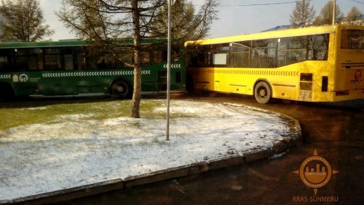 Столкновение двух автобусов перекрыло выезд из «Солнечного»