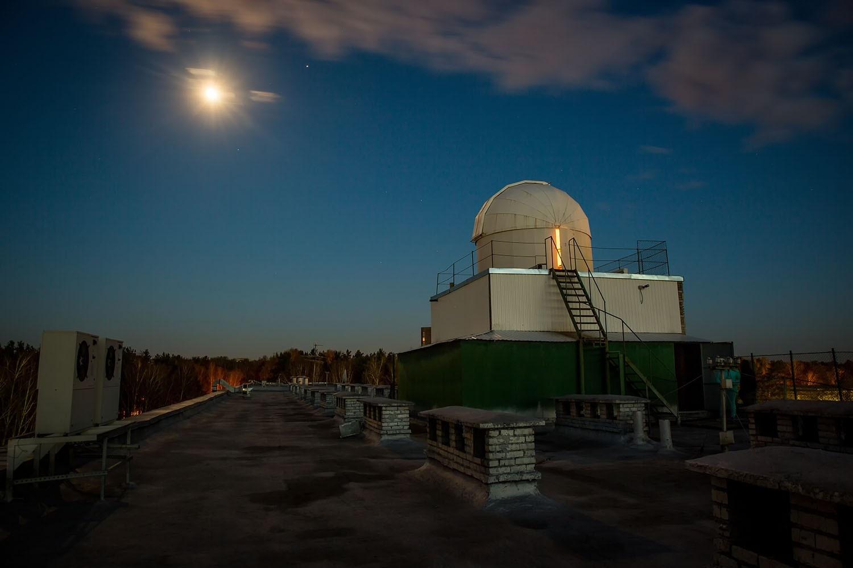 Корреспондентам НГС удалось увидеть Юпитер, на фото —это яркая звезда справа от Луны