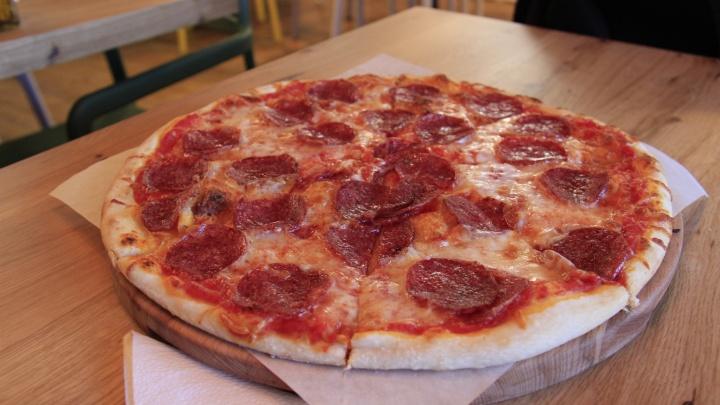 Владельцы сгоревшего бара «Шатун» открыли у Центрального парка кафе с гигантскими пиццами