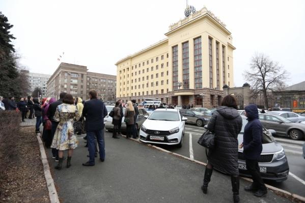 Около 100–150 человек вывели на улицу