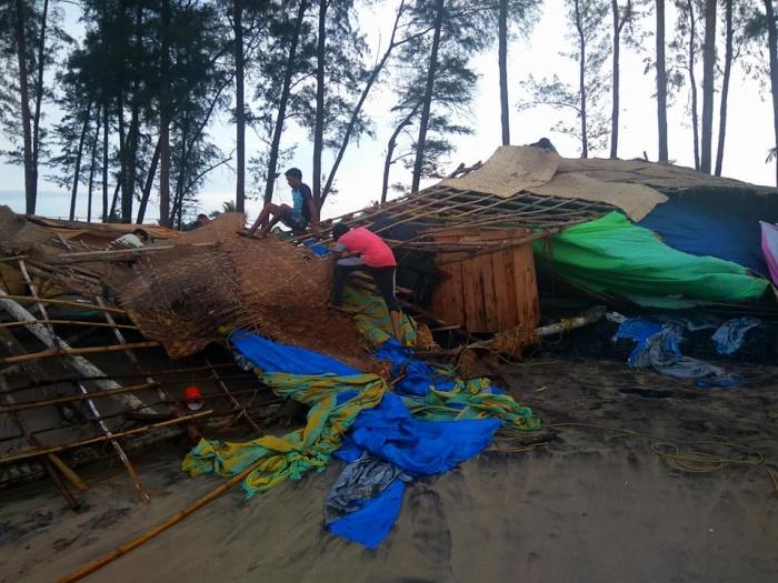 Разрушенные кафе на пляже Керим