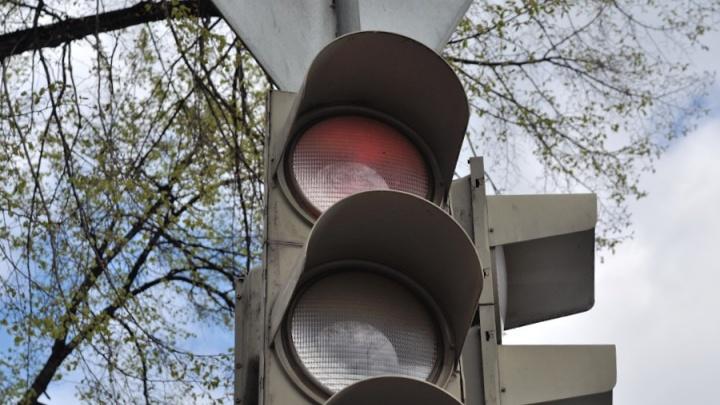 «Простояли 40 минут»: новый светофор заблокировал выезд из Мичуринского