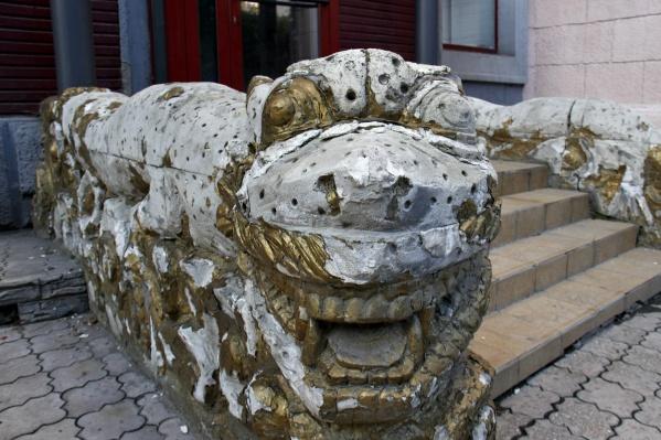 Облупленные драконы на входе в давно закрытый ресторан «Иероглиф» выглядят как развалины ушедшей цивилизации