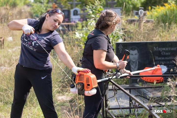 Волонтеры купили газонокосилку для уборки территории. Такая техника стоит около девяти тысяч рублей