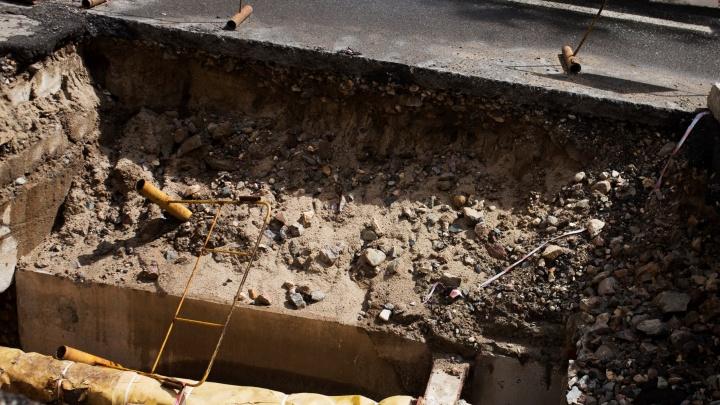 После ваших раскопок людям нужно танки покупать: мэр заставил коммунальщиков сажать газоны