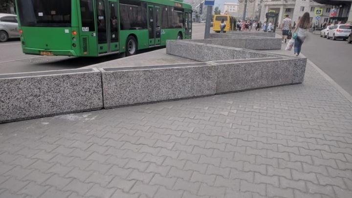 ГИБДД потребовала убрать вазоны, перегородившие тротуар перед «Гринвичем»