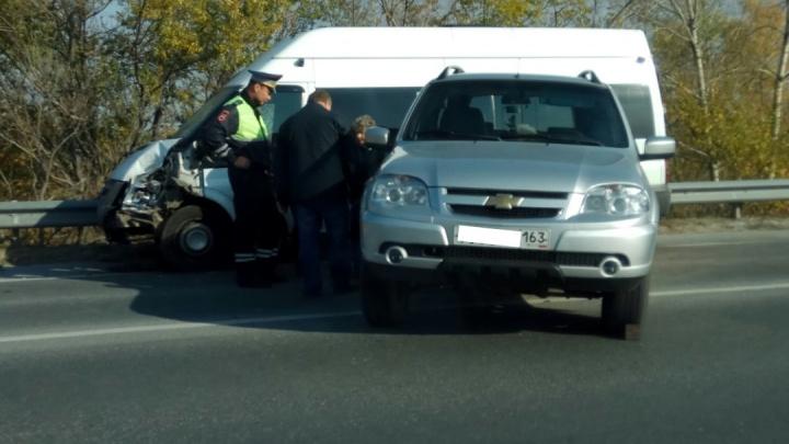 Перекрыли движение: в Самарской области микроавтобус развернул иномарку поперек дороги